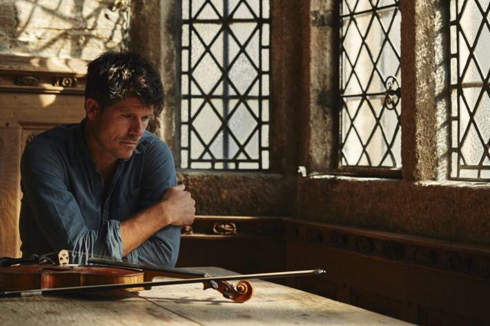 Portrait Seth Lakeman with fiddle